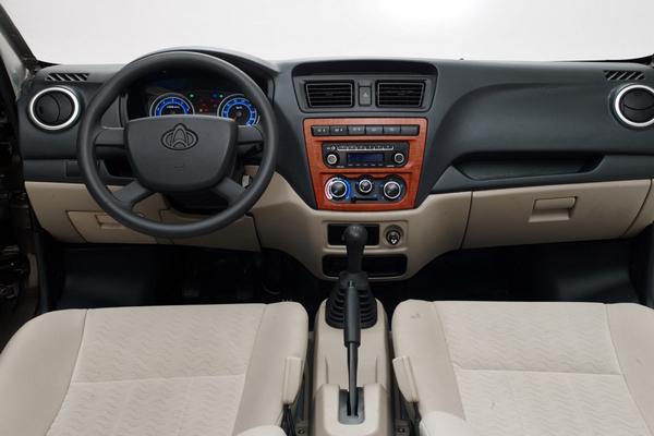 """10月23日,长安睿行、长安尊行两款产品同步在长安汽车河北新基地举行了上市发布仪式。长安睿行是长安轻型车首款拥有自主知识产权、完全按照国际标准正向开发的战略车型。定位于""""全功能轻客""""的长安睿行实现了用户对于空间、外观、节油、舒适、安全的""""5全""""升级要求,其基本型售价54900元、标准型售价58900元、经典型售价61900元,成为新一代城市商用车的价值新选择。    全新外观 细节彰显时尚   长安睿行突破传统轻客的鹰眼式大灯设计,形态俊朗,带来层次与科"""
