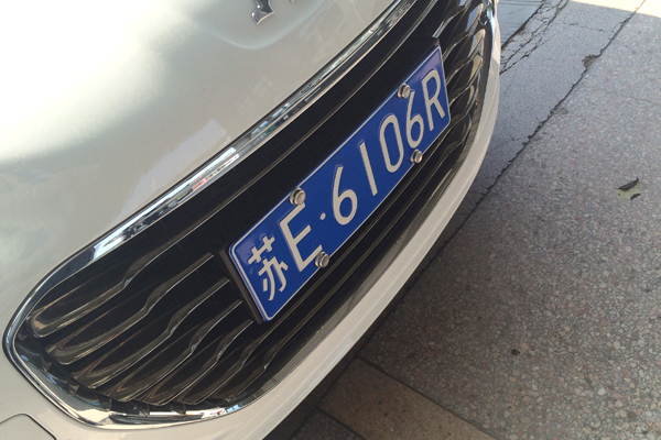"""朋友们买了新车,紧接着的步骤就是新车上牌。虽然只是一块小小的铁皮,但相信很多车主朋友们都希望这块铁皮上的号码能够""""顺溜""""一点。从上周开始,车网编辑通过网友最新的上牌信息为大家及时播报车管所10选1车牌的号牌发放情况,今天是2013年10月21日,又一周过去了,本周车管所10选1车牌也从上周的字母Q收尾,到了字母R收尾。     从本周一上牌的两辆新车可以看到,最新上牌的车牌号码是前面四位数字(6开头)+最后一位字母""""R""""。按照苏州地区的上牌速度,预计最快本"""