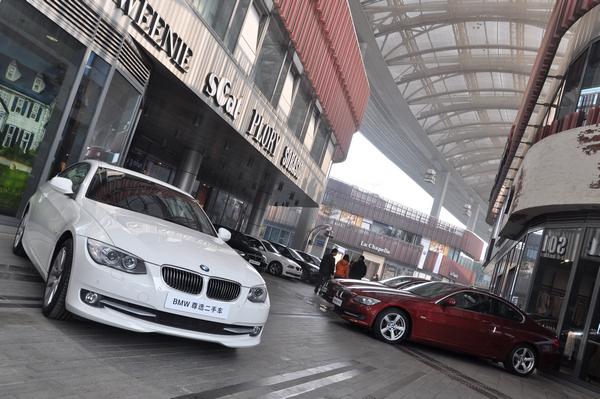11月15日,苏州圆融时代广场豪车云集,100台BMW尊选二手车和MINI认证二手车盛大季节,拉开了2013 BMW 尊选二手车鉴赏日苏州站的帷幕。凭借着优秀的回购体系, BMW 尊选二手车拥有绝无仅有的丰富车源,为喜爱BMW品牌的消费者带来了一场为期5天的重量级二手车品鉴盛宴。
