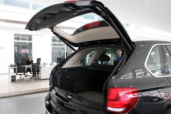 后备箱空间依然够大(据说全新x5还会有7座版的车型,这台样车是五座版