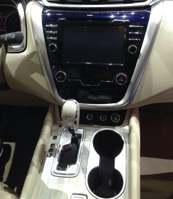 2015款日产楼兰车型拥有按钮点火开关,双区温控空调,带有7英尺显示