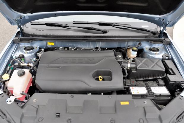 1.3T发动机   动力部分是最大的亮点,新帝豪在保留了1.5L DVVT动力的同时,增加1.3T涡轮增压发动机取代原来的1.8L发动机。新增的1.3T发动机可输出98kW的最大功率以及185Nm的峰值扭矩,这与现款1.8L自然吸气发动机几乎不相上下。传动方面则提供了手动变速箱和CVT无级变速箱两种选择。