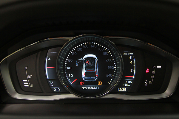 奥迪Q5仪表盘   Q5的仪表盘的模块化设计布局非常清晰易读,造型相对传统;XC60的仪表盘则几乎全部采用了全液晶显示,并且有不同的色彩和显示模式可贴合不同的驾驶选择,这些细节都可以让人感受到越来越高的科技化。