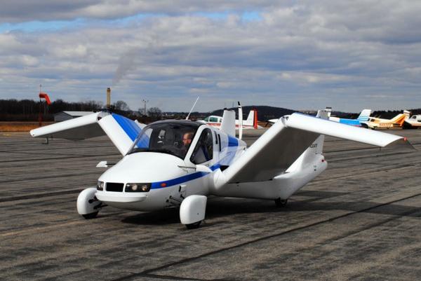 在官网上, AeroMobil 大力宣传其简约的设计风格,他们认为,想要做到陆空转换,汽车需要在陆地上尽可能的与汽车相似,包括体积,速度以及油耗等等。在 2010 年,AeroMobil 收到了来自斯洛伐克的 民用航空 管理局授权。但这辆车作为 AeroMobil 的第三代产品,在前几天的测试中发生了坠毁事件。虽然公司可能并不会因此推迟整个上市计划,但还是使得用户对此产生了一定的疑虑。