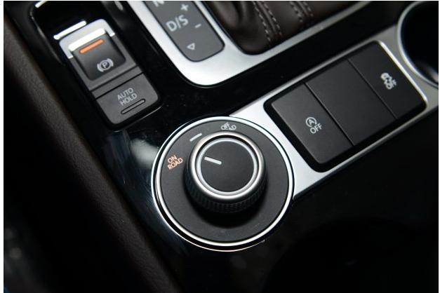 """车辆内部,新款途锐采用了白色仪表灯光,中控屏幕上的按键布局也有所变化,此外,该车还使用了全新设计的镀铬旋钮。另据了解,新款途锐内饰还提供全新乌木材质与铝质饰件搭配,以及双色豪华""""Nappa""""真皮座椅的选择。"""