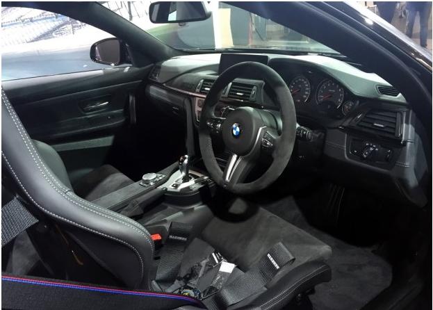 """内饰方面,宝马M4 GTS配备了三辐式的运动方向盘以及碳纤维桶形座椅,其表面由Alcantara材质包裹。同时,该车装配有三点式安全带,中控台上出现的""""GTS""""标识也彰显了其特殊的身份。"""