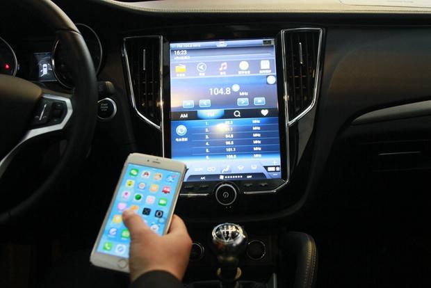 内饰方面,众泰SR7提供6种内饰配色可选,其最大亮点在于中控台配备了一块12英寸的触控屏幕,搭载众泰Z-LINK车联网系统,其可以实现手机与屏幕的互联,通过手机可以实现一键启动、远程启动/熄火、远程开关车门锁、远程监控仪表盘等。