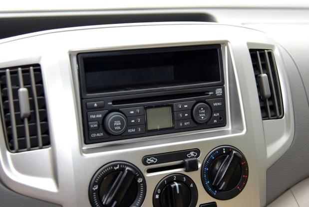 『配图为现款NV200的音响系统』   2016款NV200对车型数量进行了精简,同时一些车型的配置也有所升级,售价区间为10.78-12.38万元。新车对部分车型的外观进行了调整,并增加了前雾灯、后尾翼等配置,整体造型更具质感。   动力方面,新车依然搭载HR16DE 1.6L发动机,最大功率输出124马力,峰值扭矩153牛·米。传动系统匹配的是5速手动或CVT变速箱。
