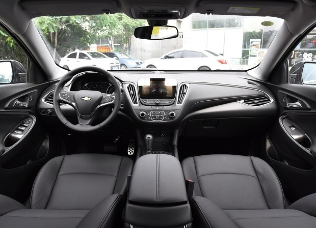 『配图为2016款迈锐宝XL』   此外,2017款迈锐宝增加了新一代雪佛兰MyLink智能车载互联系统,集成了新一代安吉星系统、4G LTE车载Wi-Fi功能,同时还可支持苹果CarPlay。此外上汽通用还宣布,新车的安吉星基础服务将延长至5年免费,包括车况检测报告、碰撞自动求助、车辆远程定位、车辆数据远程刷新、车辆远程控制等服务。   动力方面,新车依旧推出1.