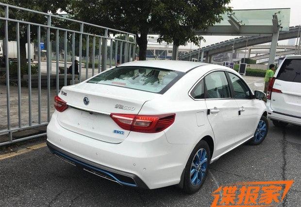 外觀方面,新款景逸S50 EV前格柵采用了全新的藍色飾板,并在前包圍的兩側點綴了藍色元素裝飾,彰顯其電動車的特殊身份。新車的側身頗為緊湊,一條腰線為上揚走勢,勾勒出一種前傾的車身姿態。此外,新車配備了一套藍色雙五輻式輪圈,看上去較為獨特。
