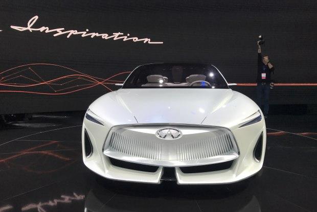 这款车的设计极富有科技感,车头的英菲尼迪标识增强了这款车的科幻