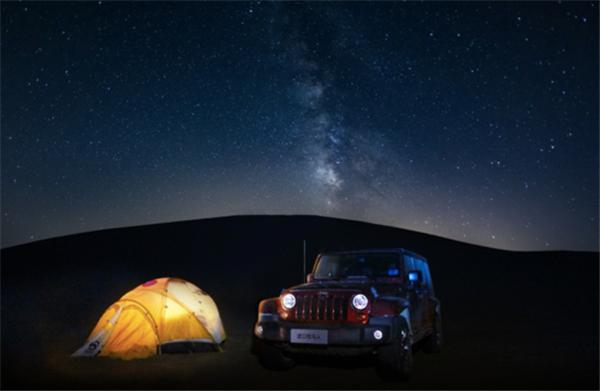 黑夜让沙漠里的星空变的格外明朗,漫天繁星如梦.