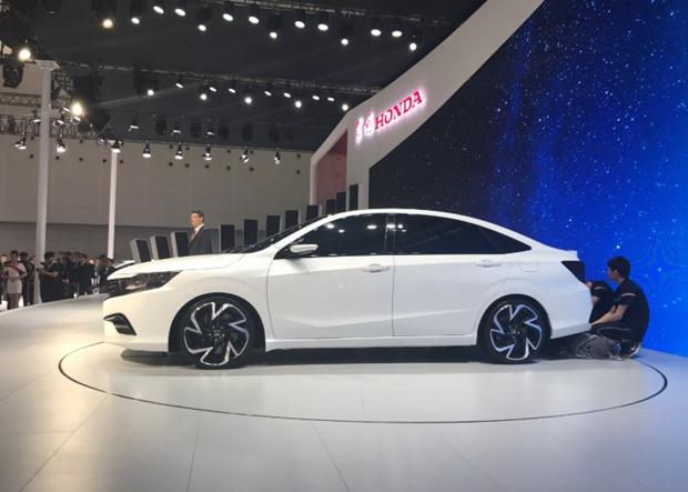 在本届2018广州车展上,东风本田旗下全新概念车正式亮相,根据车身前牌照贴附铭牌来看,其或将命名为ENVIX享域。据现场官方表示,该量产版车型将于2019年上半年上市。值得一提的是,我们此前曾曝光过东风本田全新紧凑型车的申报信息。结合外部造型和尺寸,我们可以很容易地看出这款车型是广汽本田全新凌派的姊妹车型,该车在凌派的基础上针对头尾部造型进行了较大幅度的调整,预计该车就是这款概念车未来的量产版本。