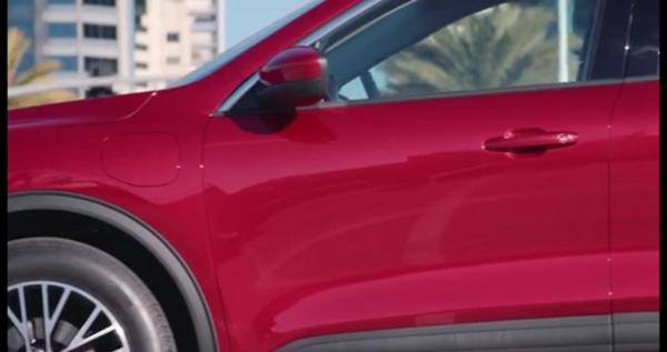 细节来看,该车前脸或将采用较为圆润的设计风格,而灯组下方边缘处则为