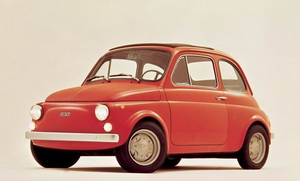 1936年,菲亚特推出了一款名为Topolino(意大利语米老鼠)的小型车,这是当时世界上最小的汽车之一,它实际上就是菲亚特500最早的雏形。1955年,菲亚特在制造了约52万辆米老鼠后将这款车停产,两年后在此基础上又推出了Nuova 500,并一直生产到了1975年。 2007年,Nuova 500诞生50周年纪念,菲亚特宣布500复活,全新500在意大利的发布仪式吸引了25万人到场。自2007年7月投产至今,500在全球的销量已超过65万辆,并包揽了60个国际奖项,其中包括2008年欧洲年度车。