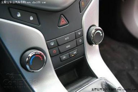 前排车门内侧和后排扶手也设置有杯座,使用方便   总体而言,科鲁兹的驾乘空间和主流中级车相比还有一定差距,在空间实用性方面表现尚可,虽然还不足以叫板中级车型,但是在紧凑车型中可以说具有较大的优势。   配置差异关键词:定速巡航、ESP(ESC)、轮毂轮胎   此次西班牙试驾的科鲁兹车型与即将国产的车型存在一些差异,首先是定速巡航系统,西班牙试驾的科鲁兹车型1.
