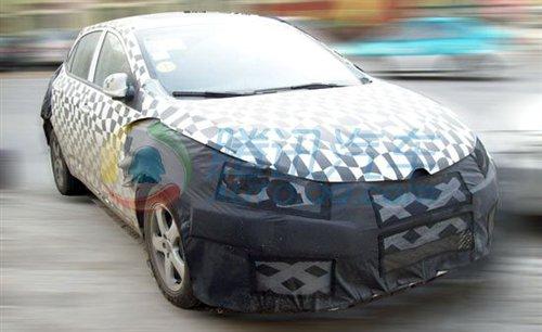 而且从内饰部分来看,完全就是荣威350车型的设计,包括方向盘上都高清图片