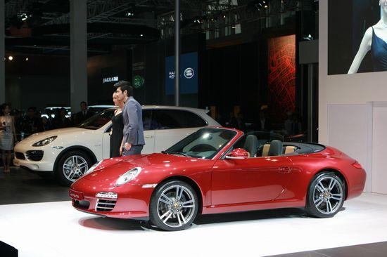 新保时捷911 Edition Style限量版中国首发   保时捷911 Edition Style提供三种车身颜色选择:宝石红金属漆、马卡达姆金属漆和玄武岩黑金属漆。独具风格的设计使得跑车拥有者彰显其与众不同的个性和风范。豪华和富有动感的全真皮内饰以及缝线采用了黑色与赤土色或黑色与沙褐色的色彩搭配,彰显极致视觉冲击。其19英寸Turbo II轮毂即使在静止时刻也足以捕捉路人目光,飞驰之际更是让人神往。   与任何一款保时捷车型一样,911 Edition Style的精髓在于发动机。345 hp的功
