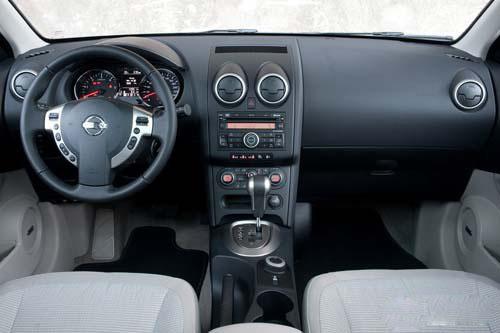 在内部设计上,改款逍客的行车电脑的显示屏进行了更新,仪表盘中央