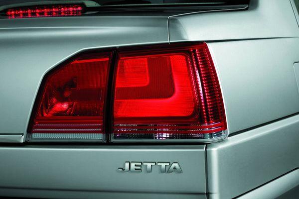 新捷达的尾部造型做到了前后造型的完美呼应,彰显沉着冷峻气质:尾灯新颖的L型时尚设计元素,更加醒目;第三刹车灯利用发光二极管做光源,反应时间比P21W灯泡快50ms,且寿命大于1 万小时,如果后车在车速为100Km/h 的条件下,50ms 意味着可以缩短1.4m刹车距离;新造型尾灯和后保险杠轮廓简洁干脆,感觉更加干练;后备箱镀铬条更添靓丽;LOGO集成后备箱锁更加整洁利落,让消费者开启后备箱时更加便捷。   在侧身设计中,新捷达取消了多余防擦条,使侧面线条更加简洁明快;改进的翼子板和保险杠的配合更加完