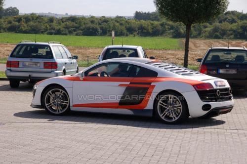r8rs采用了赛车风格的车身涂装,更大的侧面进气口和前导流板