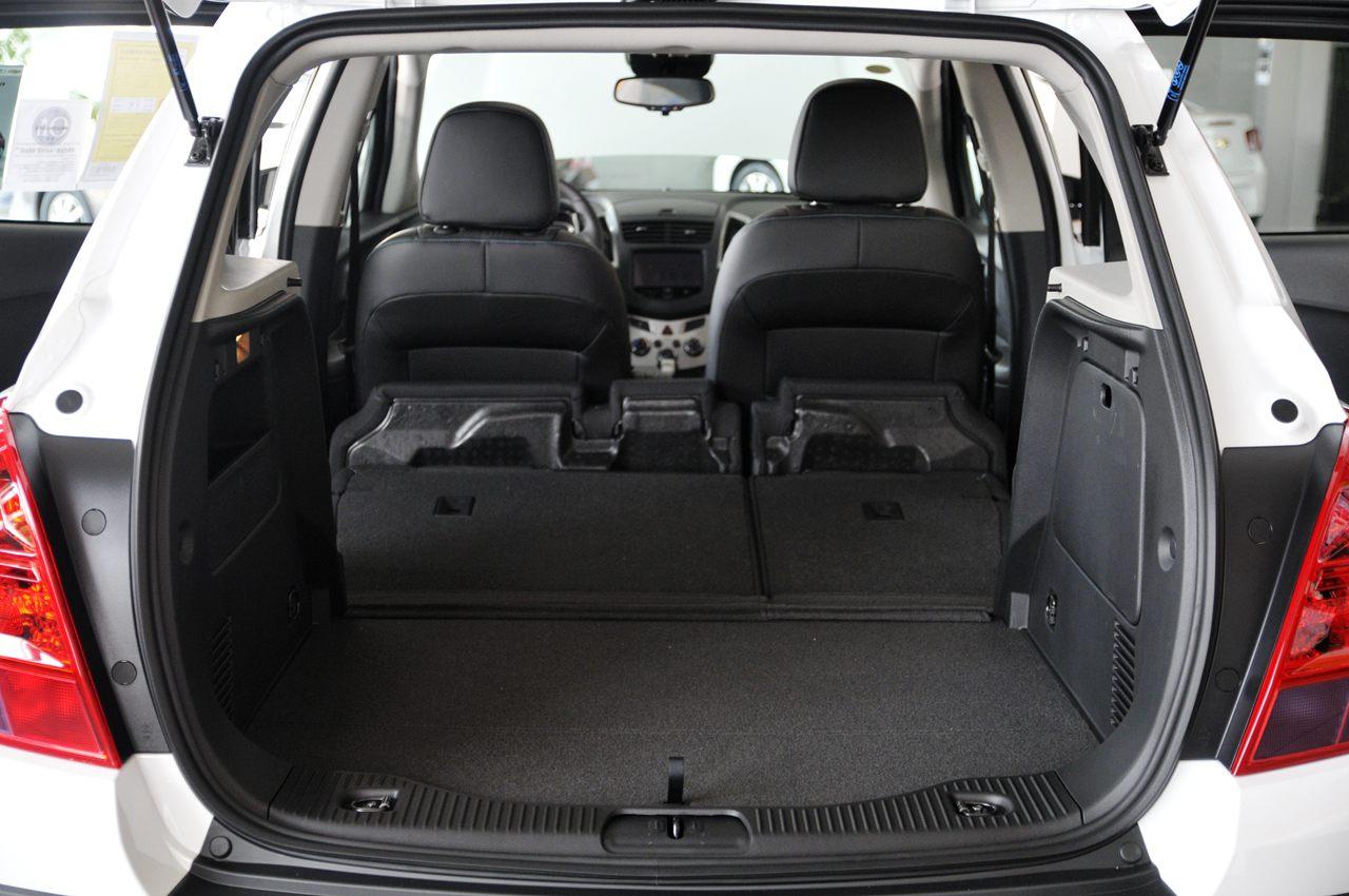 对于创酷的后备厢方面,可放倒至与地板平齐的后排座椅令后备厢的空间
