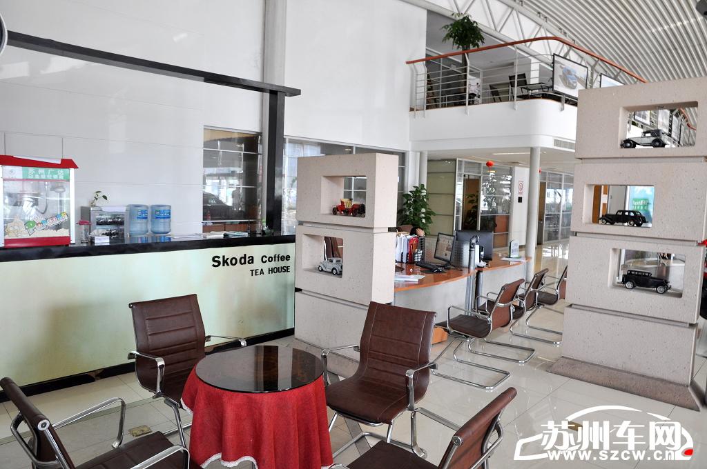 """蘇州廣達汽車是蘇州地區第一家上海大眾斯柯達特許經銷商,公司位于蘇州馬運路汽車城廣達路4號,占地面積8000平方米,總投資2000多萬元,以""""Room for life""""(生活空間)為設計理念,共有11個不同功能的區域,是集經營、服務、展示、銷售為一體的4S專營中心。 除了傳統的展示區、客戶洽談區、銷售業務區、維修索賠區等之外,還開設了特別展示區、兒童娛樂區域等功能區域。"""