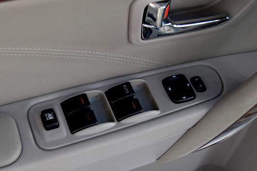 四门玻璃升降器控制按钮上增加背景灯,使操纵更便捷,体现人性化设计理